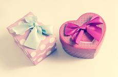 年下の女性に喜ばれるプレゼントとは?