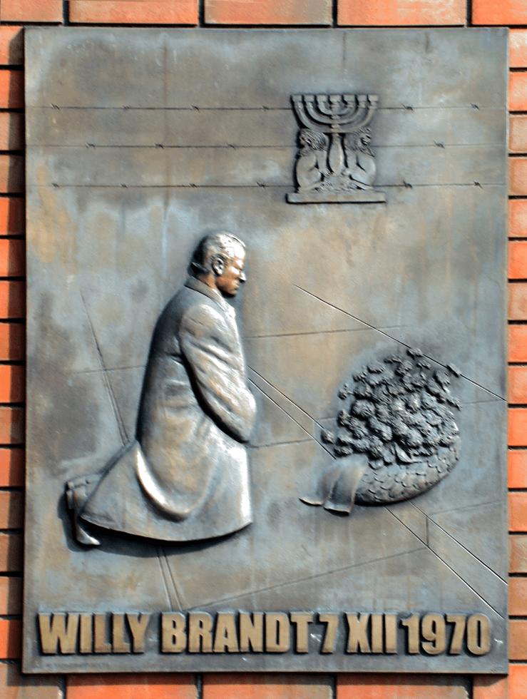 ゲットー英雄記念碑の前で跪き、黙祷を捧げたブラント