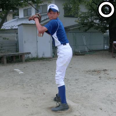 左足を斜め後ろに引きつけて、力を溜める
