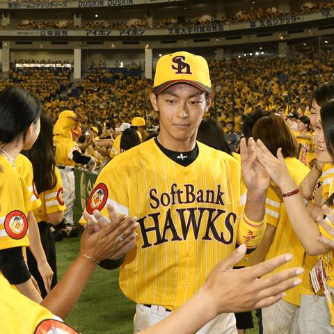 鷹の祭典でファンとハイタッチをする今宮健太(ソフトバンク)